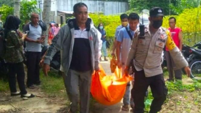Polisi Evakuasi Jasad Korban yang Tewas Disengat Lebah