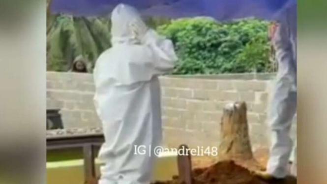 Viral bocah azani liang kubur orangtuanya yang meninggal kena covid-19