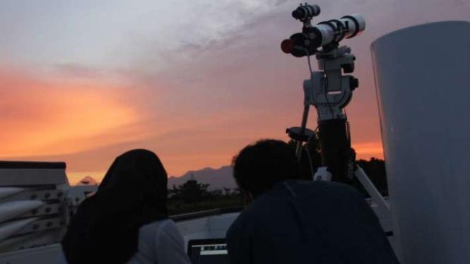 Mahasiswa Institute Teknologi Sumatra sedang mengamati benda-benda langit.