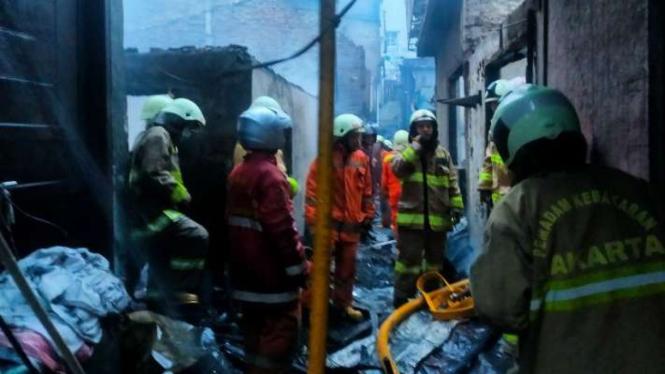 Proses pemadaman api oleh Sudih Gulkamart Jakarta Barat di Tambora.