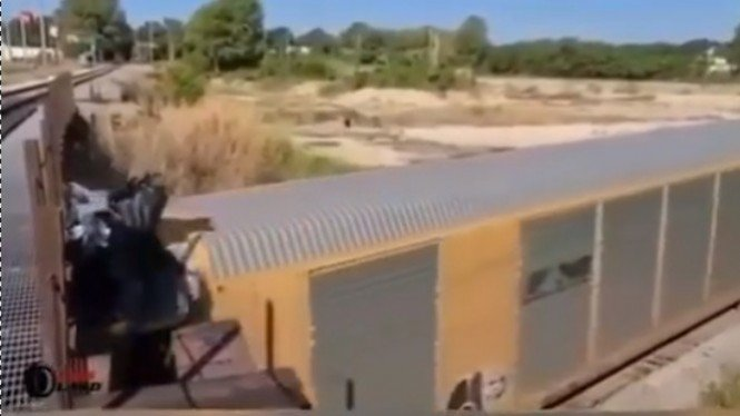 Viral Video Atap Gerbong Kereta Api Tersangkut, Ini yang Terjadi! (Instagram/dramaojol.id)