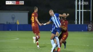 Pepe dan Mkhitaryan bersaing memperebutkan bola