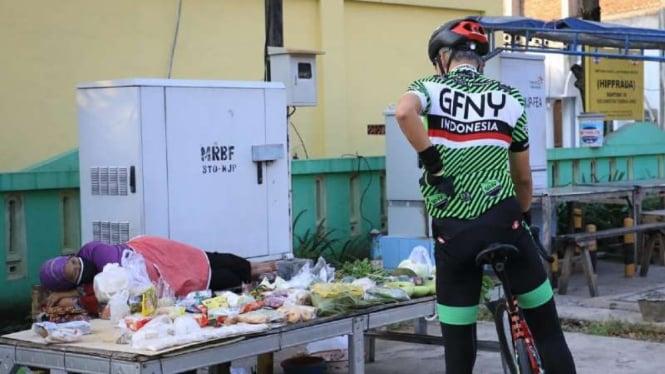 Gubernur Jawa Tengah Ganjar Pranowo memborong sayur-mayur dan buah-buahan milik pedagang bernama Darti di Kota Semarang, saat dia bersepeda sambil memantau situasi ibu kota Jawa Tengah itu, Jumat, 30 Juli 2021.
