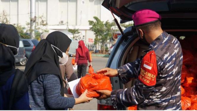 VIVA Militer: TNI AL bagikan paket sembako kepada peserta vaksin di Muara Angke