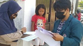 Mahasiswa KKN Undip yang sedang memberikan sosialisasi ke masyarakat warga Jatingaleh, Semarang.
