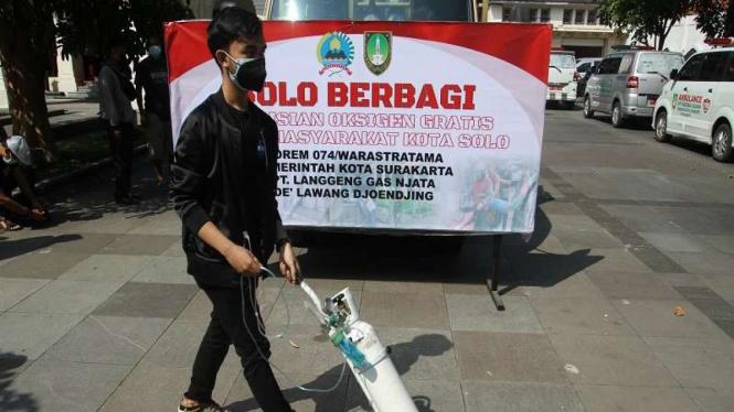 Pembagian oksigen gratis di rumah dinas Wali Kota Solo