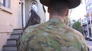 https://thumb.viva.co.id/media/frontend/thumbs3/2021/08/01/6105dfc81ca8e-tentara-mulai-berpatroli-di-sejumlah-wilayah-di-sydney-untuk-membantu-polisi-menegakkan-aturan_375_211.jpg