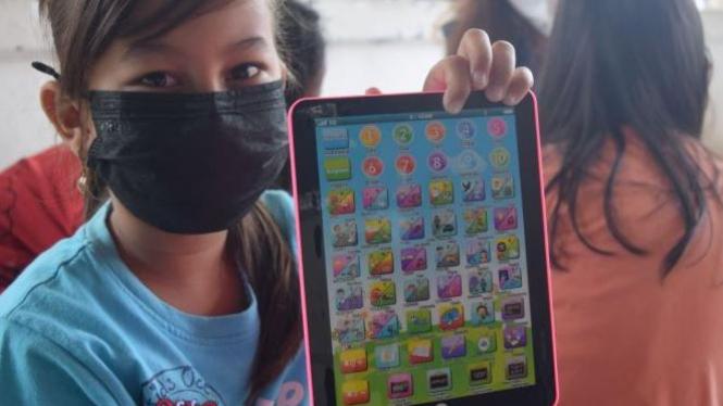 Alat edukasi pembelajaran Bahasa Inggris bernama Playpad yang dibagikan ke anak-anak Jatingaleh, Semarang