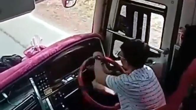 Rekaman video bus oleng yang viral di media sosial.