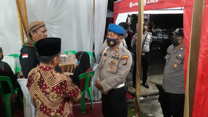 Polisi saat membubarkan resepsi pernikahan dan hajatan sunatan di Deli Serdang.