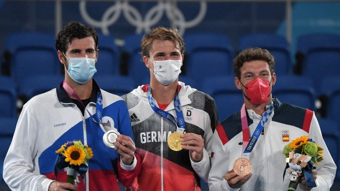 Petenis Jerman, Alexander Zverev (tengah) raih medali emas Olimpiade 2020