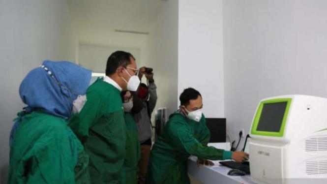 Wali Kota Makassar Moh Ramdhan Pomanto meninjau Laboratorium PCR RSUD Daya Makassar sebelum pengoperasiannya untuk mendeteksi sampel uji usap untuk varian baru COVID-19, Minggu, 1 Agustus 2021.