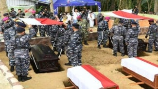 VIVA Militer: Prajurit TNI Angkatan Laut memakamkan para ulama dan pejuang ALRI