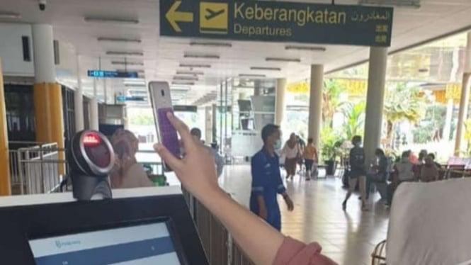 Aplikasi PerduliLindungi jadi syarat wajib penumpang pesawat.