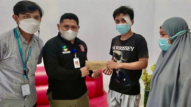 Kemensos memberi bantuan korban tabrak lari mobil rescue di Makassar
