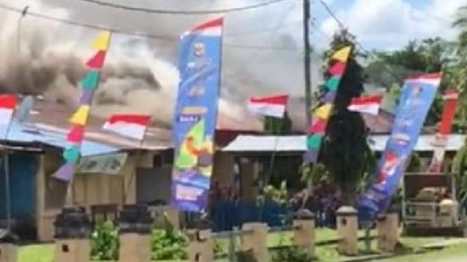 Markas Polsek Nimboran, Kabupaten Jayapura, Papua, dibakar oleh massa pada Senin, 2 Agustus 2021.