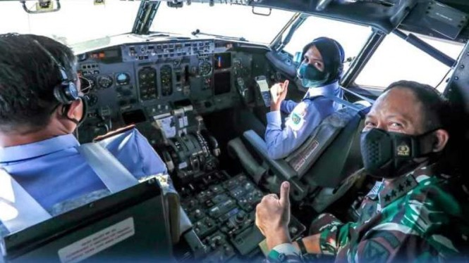 VIVA Militer: Marsekal TNI Fadjar Prasetyo di kokpit pesawat Boeing B-737