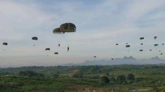 VIVA Militer: Prajurit Yonif Para Raider 305/Tengkorak melakukan serangan udara