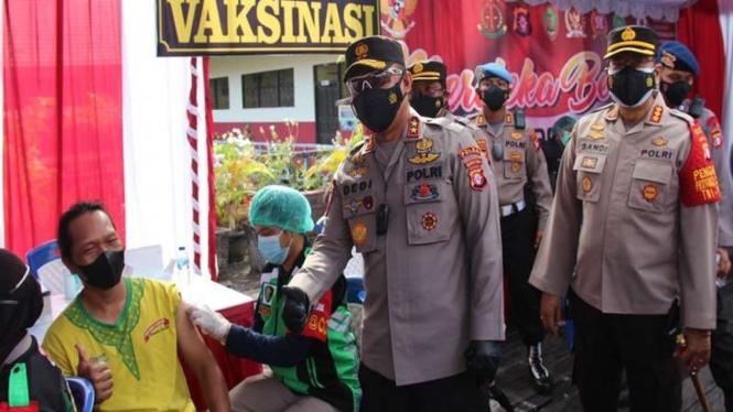 Kapodla Kalteng Irjen Dedi Prasetyo meninjau vaksinasi warga korban kebakaran