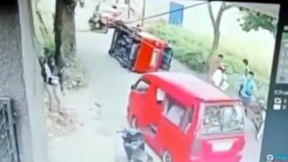 Angkot terguling usai menghindari pemotor yang jatuh.