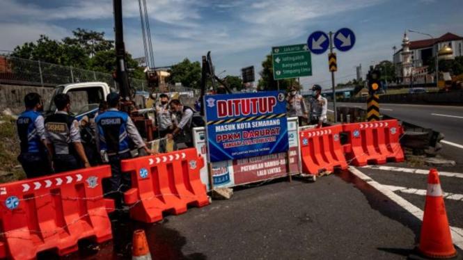 Ilustrasi - Petugas Dinas Perhubungan Kota Semarang, Jawa Tengah, menutup akses keluar jalan tol Jatingaleh di Semarang, Jumat, 16 Juli 2021.
