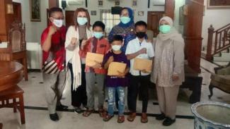 Wakil Ketua Komisi VIII DPR Diah Pitaloka memberi bantuan ke anak korban COVID.