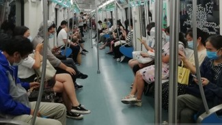 Suasana dalam kereta bawah tanah (subway) Line 10 di Beijing, China.