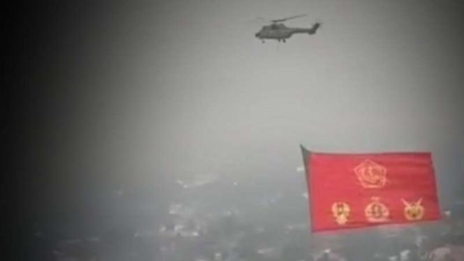 VIVA Militer: Bendera raksasa dibawa Helikopter TNI.