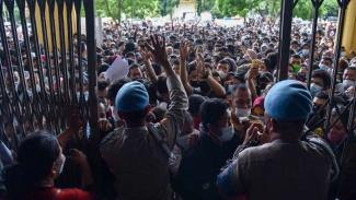 Antrean warga membludak untuk vaksinasi di aula Pemprov Sumut, Medan