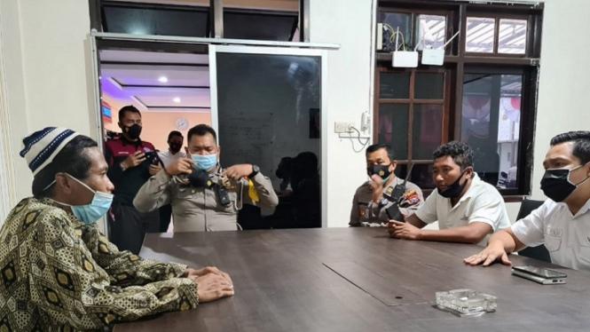 AB (paling kiri), pria yang membagikan wafer berisi silet di Jember ditangkap polisi