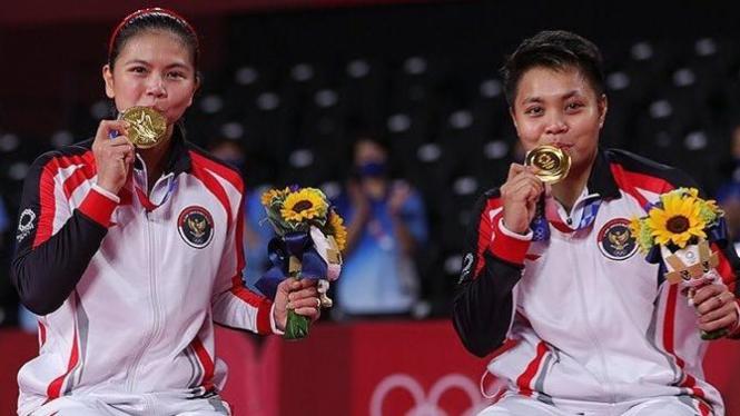 Pose kemenangan Greysia Polii  dan Apriyani Rahayu pada kompetisi badminton ganda putri Olimpiade Tokyo 2020