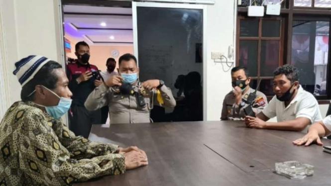 Pria berinisial AB (kiri) diinterogasi oleh polisi di Markas Polres Jember, Jawa Timur, Selasa, 3 Agustus 2021, atas tindakannya yang memberikan makanan ringan yang berisi benda tajam.