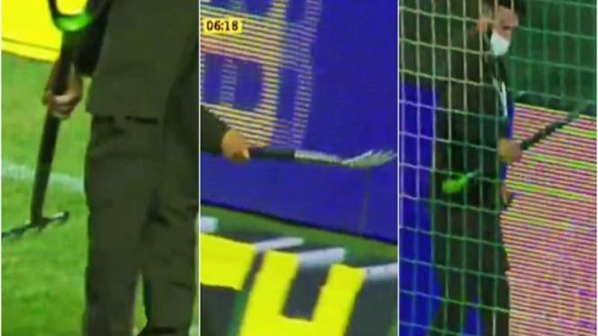 Ular warnai laga di sepakbola Rusia