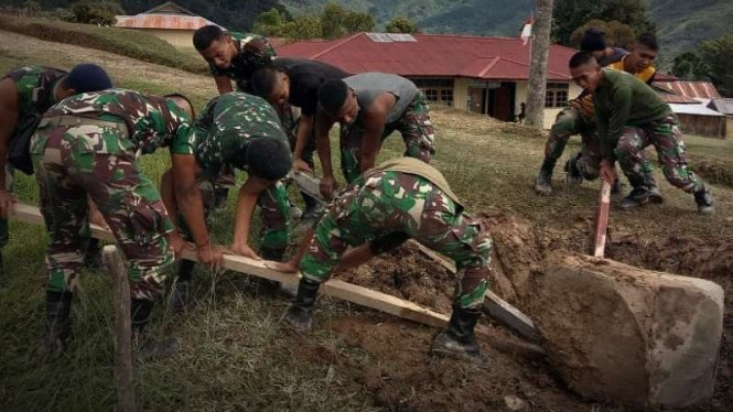 VIVA Militer: Prajurit Yonif 403/WP angkat batu prasasti di Papua.