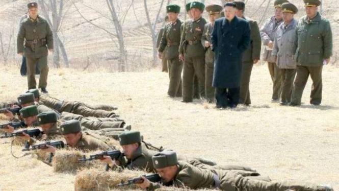 VIVA Militer: Pemimpin Korea Utara, Kim Jong-un, memantau latihan militer