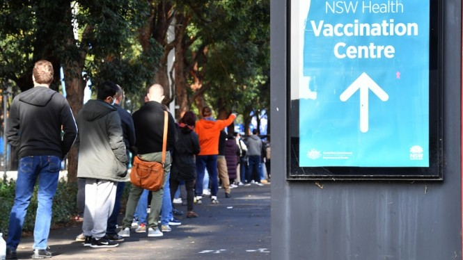 Warga muda di Australia sudah didesak ikut vaksinasi namun ada yang mengalami kesulitan ketika hendak mendaftar.. (AAP: Mike Tsikas)