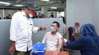 Komisioner KompolnasIrjen Pol (Purn) Pudji Hartanto Iskandar meninjau vaksinasi