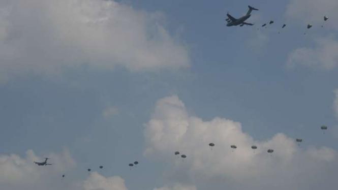 VIVA Militer: 569 penerjun Garuda Airborne tiba di langit Palembang, Sumsel