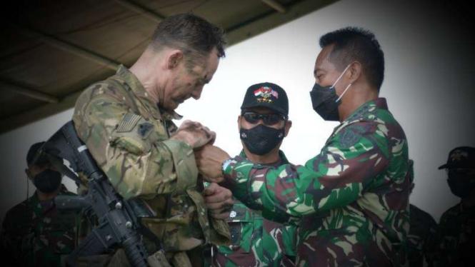 VIVA Militer: KSAD menyematkan Wing Terjun kepada Tentara AS di Baturaja, Sumsel
