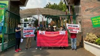 Sejumlah pemuda menggelar aksi demonstrasi di depan Gedung Kejagung.