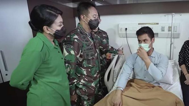 VIVA Militer: Jenderal TNI Andika Perkasa menjenguk Letda (Arm) Nugra Pussaka