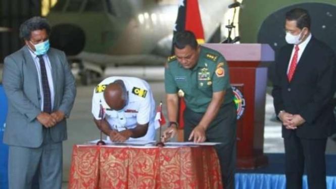 VIVA Militer: KaBais Letjen TNI Joni Supriyanto serahkan bantuan TNI ke PNG