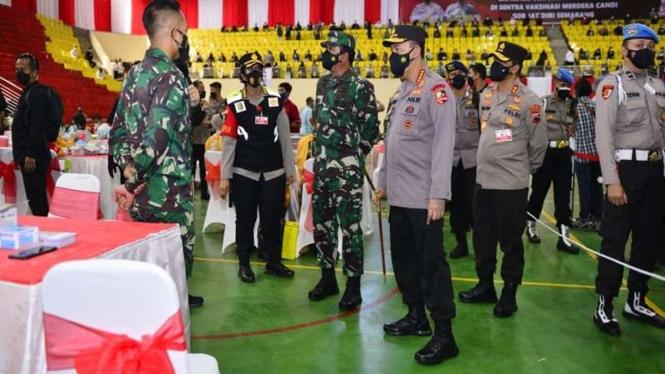 Panglima TNI bersama Kapolri meninjau vaksinasi di Jawa Tengah