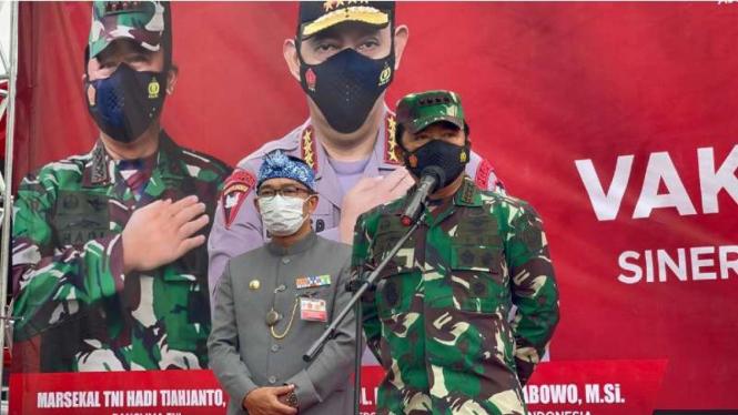VIVA Militer: Panglima TNI tinjau serbuan vaksinasi ribuan buruh di Jawa Barat