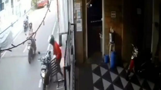 Detik-detik Pengendara Curi Tutup Got, Terekam CCTV (Instagram/cetull.22)