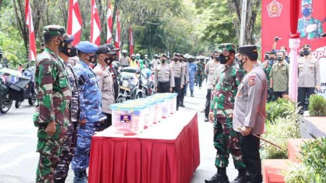 VIVA Militer: Panglima TNI menyerahkan Paket Bansos untuk para terdampak COVID19