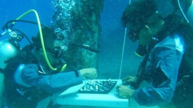 VIVA Militer: Prajurit TNI AL gelar lomba main catur di dalam laut