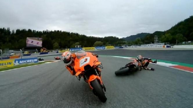 Kecelakaan MotoGP Styria 2021 yang melibatkan Dani Pedrosa dan Lorenzo Savadori.