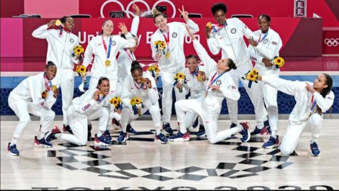 Skuad Timnas basket wanita AS usai meraih medali emas Olimpiade Tokyo 2020.