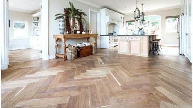 Solusi mengubah tampilan rumah menjadi lebih indah dan terkesan mewah yaitu menggunakan lantai kayu.